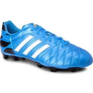 Blauwe voetbalschoen met drie witte strepen