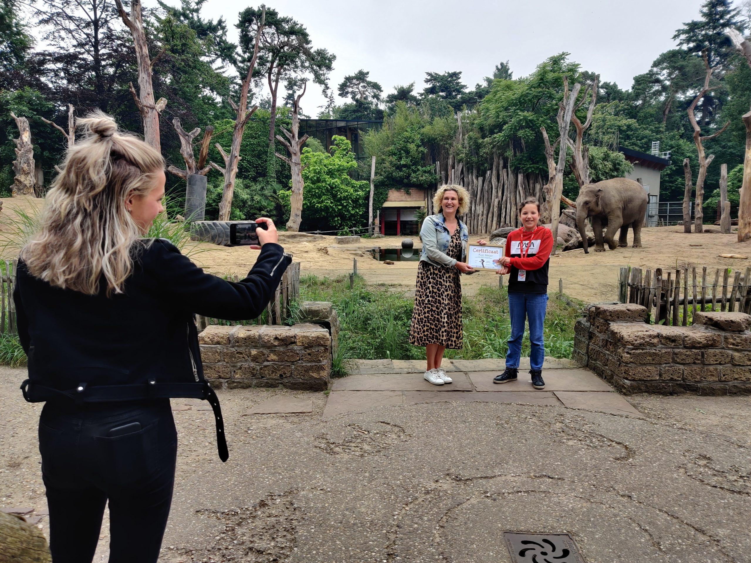 Bloem op de foto met de directeur van DierenPark Amersfoort